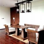 โคมไฟสวยๆ กับโต๊ะอาหารไม้รูปทรงโอ่อ่าภายในห้อง