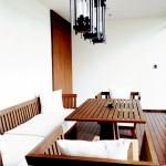 โต๊ะอาหารไม้รูปทรงโอ่อ่าภายในห้อง