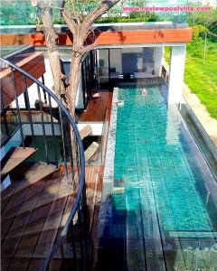 บริเวณสระว่ายน้ำและบันไดเวียนสำหรับขึ้นชั้นสองของห้อง